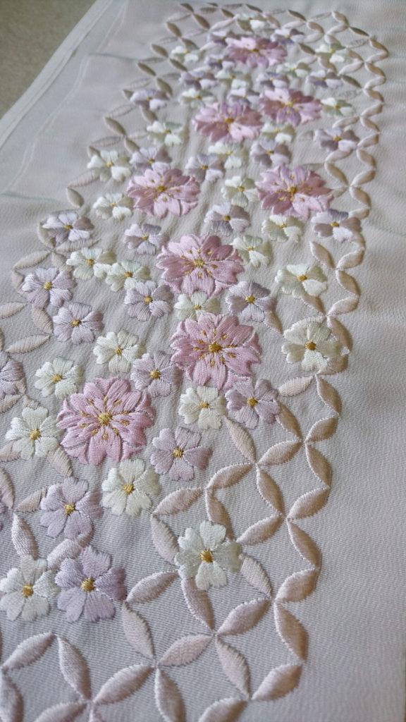 刺繍半衿 薄紫 七宝に桜 アップ