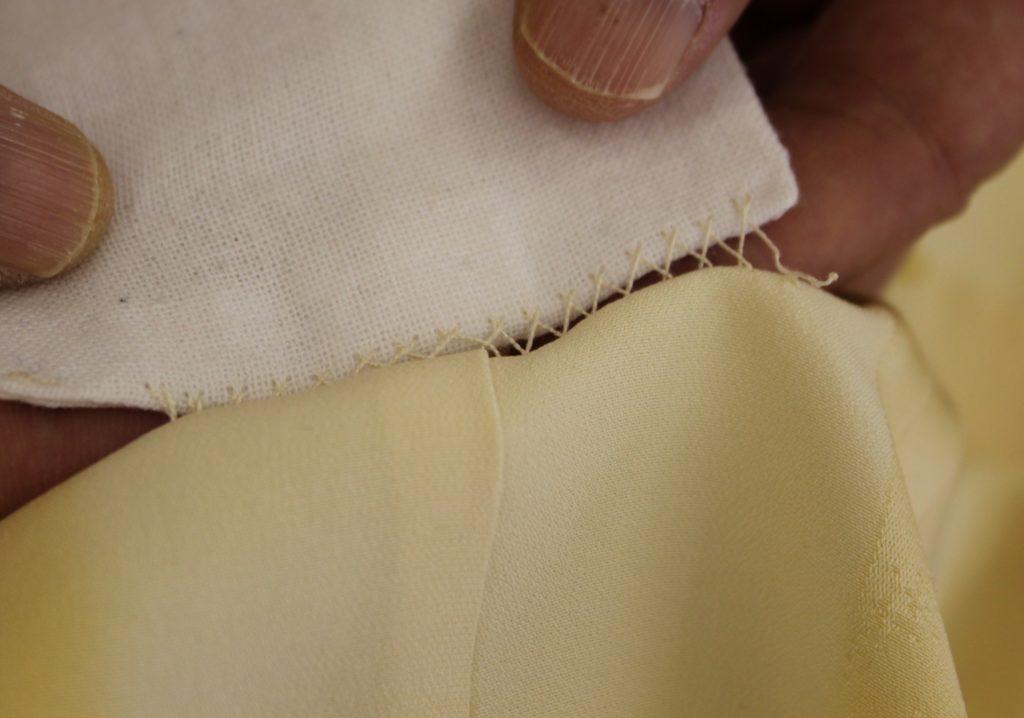引っ張り布の下は縫いつける