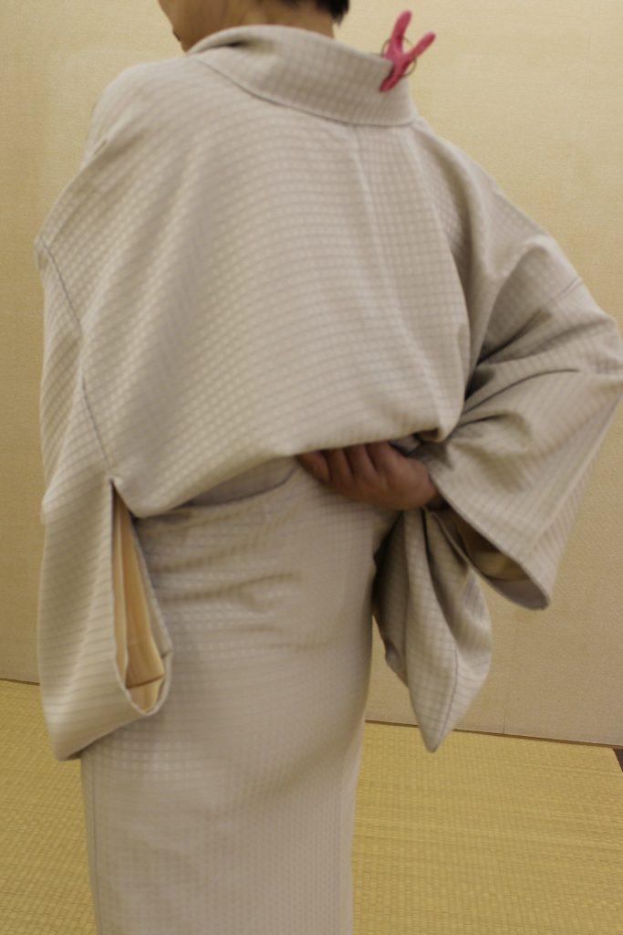着物の着方 腰ひもを締める前に着物をキレイにする