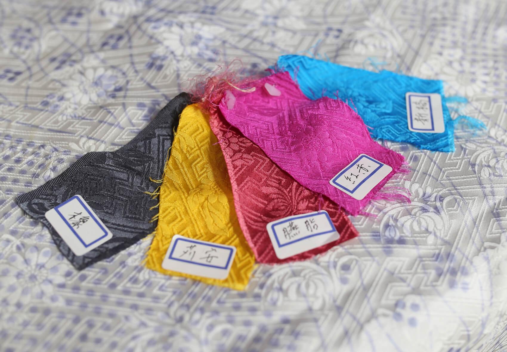 たった五色の染料の組み合わせで、色を無限に生み出していきます。