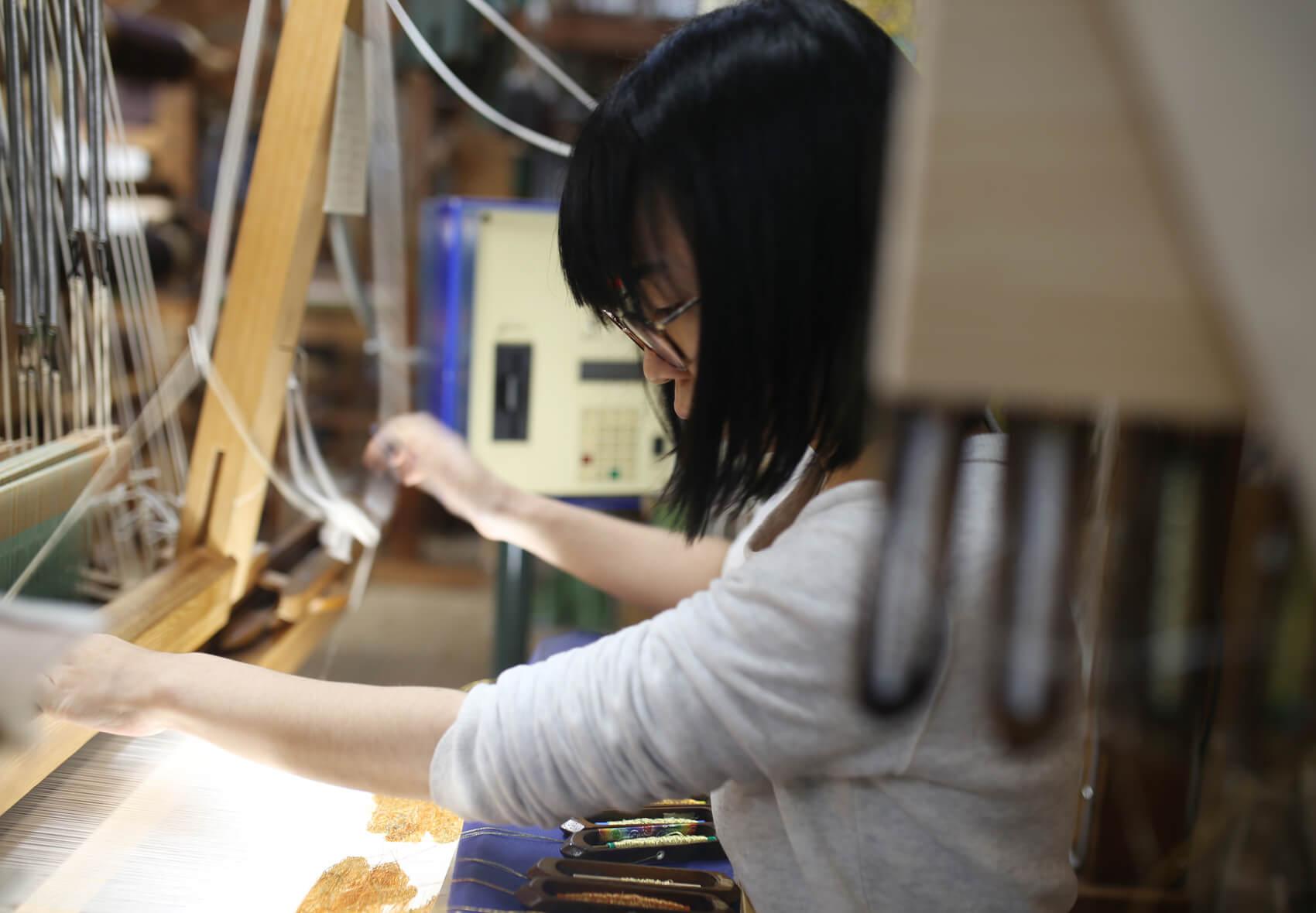 手織りをする若い職人さん。