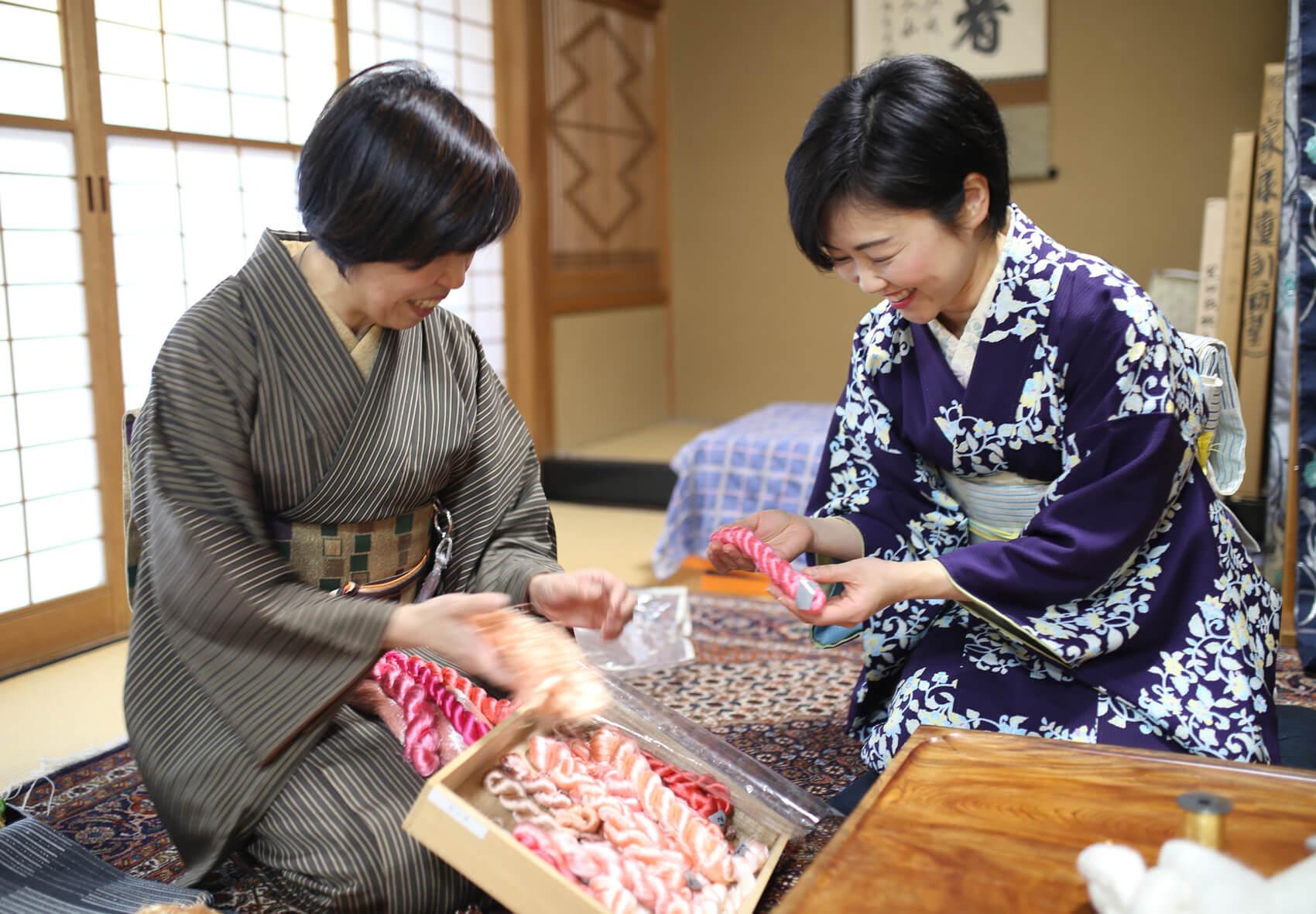 「山本呉服店さんは別注で華やかで明るい色合いが多いですね」と朱子さん。